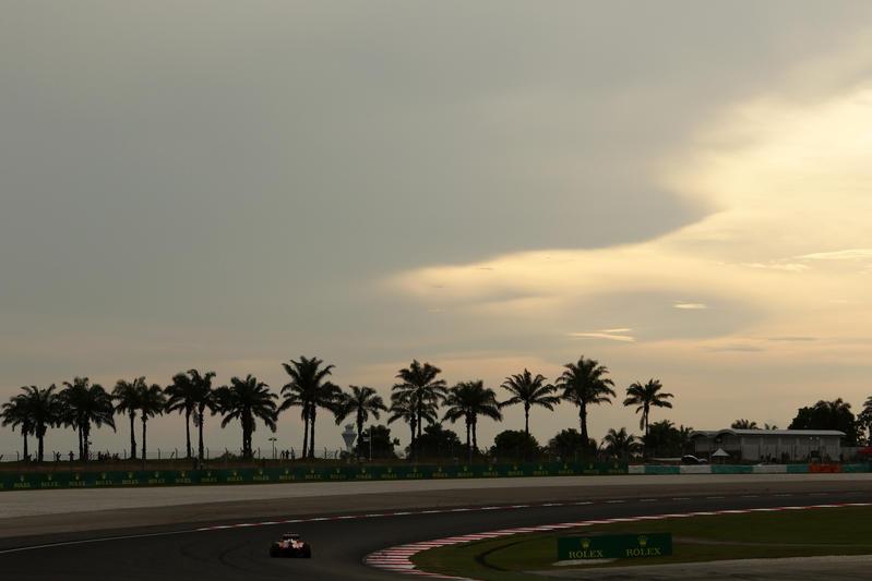 F1, Vettel rompe la sospensione ed è costretto al ritiro