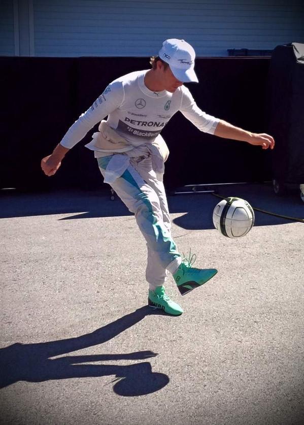 Rosberg gioca a calcio