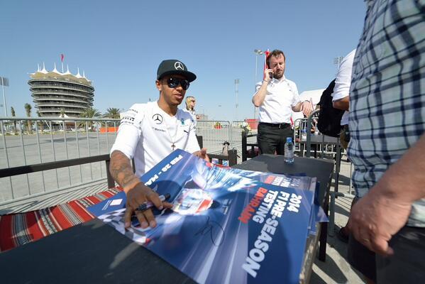 Lewis Hamilton firma autografi